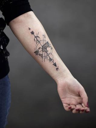 Tatouages Dotwork - Black House Tattoo Prague - Tatouages pour les femmes - Tatouages pour les hommes - Boussole - Avant-bras