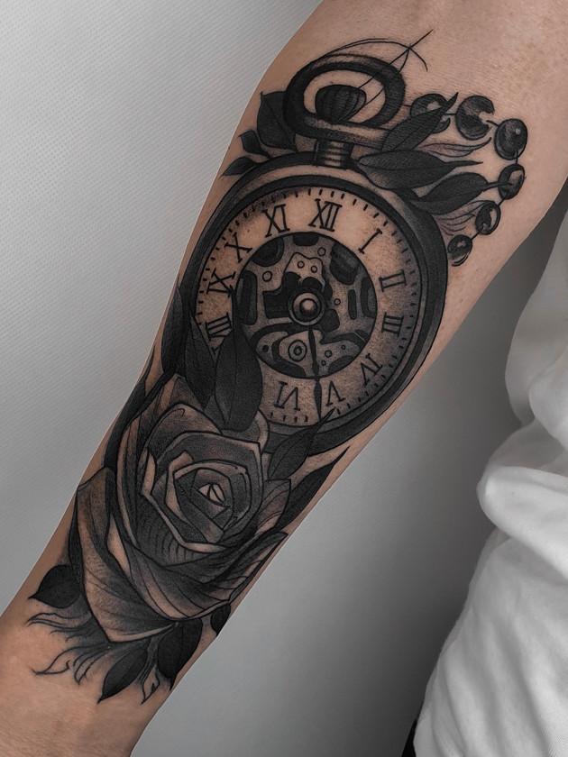 horloge et roses sur l'avant-bras - tatouage noir et blanc - black house tattoo prague