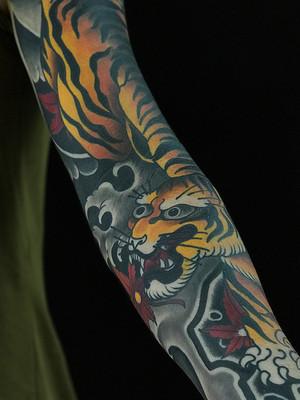 Tatouage japonais - Black House Tattoo Prague - pour homme - pour femme - tigre jaune et feuilles d'érable