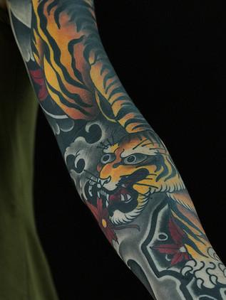 Japonské tetování - Black House Tattoo Praha - pro muže - pro ženy - žlutý tygr a lístky javoru