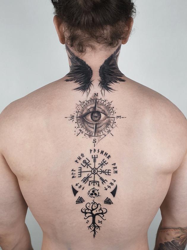 tatouage scandinave sur l'oeil arrière et les ailes - tatouage celtique - tatouage maison noire prague