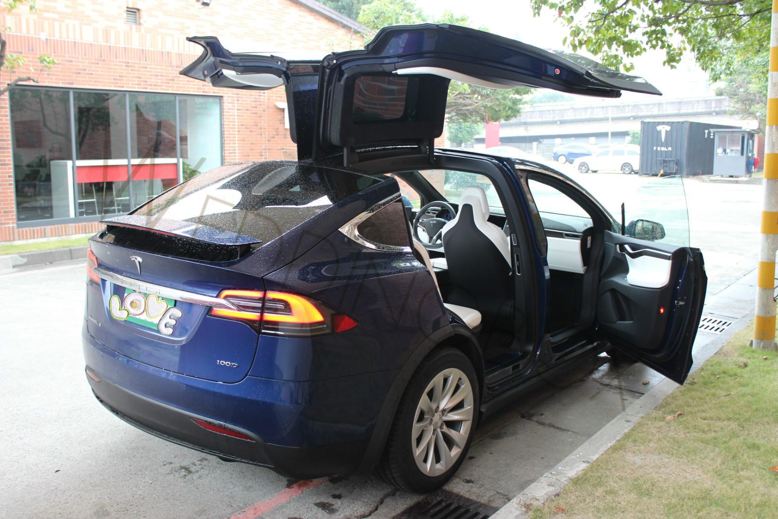 Tesla X 藍色