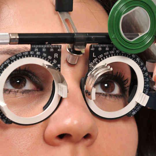 exame oftalmológico paciente do sexo feminino