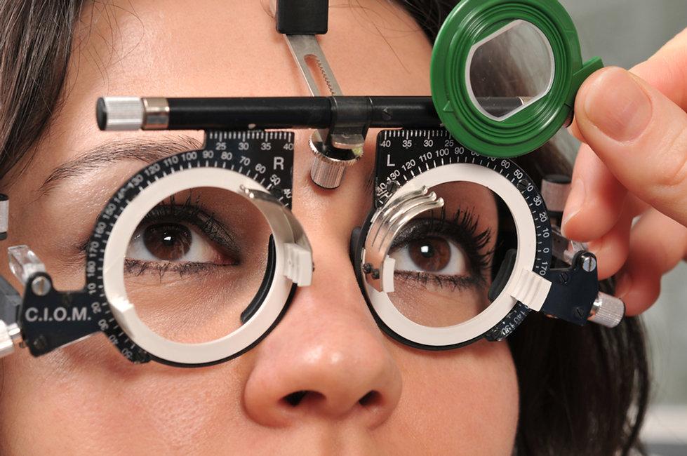 Kvindelig patient øjenundersøgelse