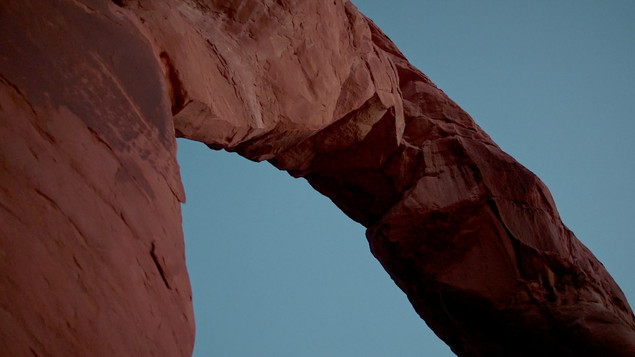 Red_Rock_Arch_in_mountain_desert_at_suns