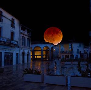Vias. Lune rousse