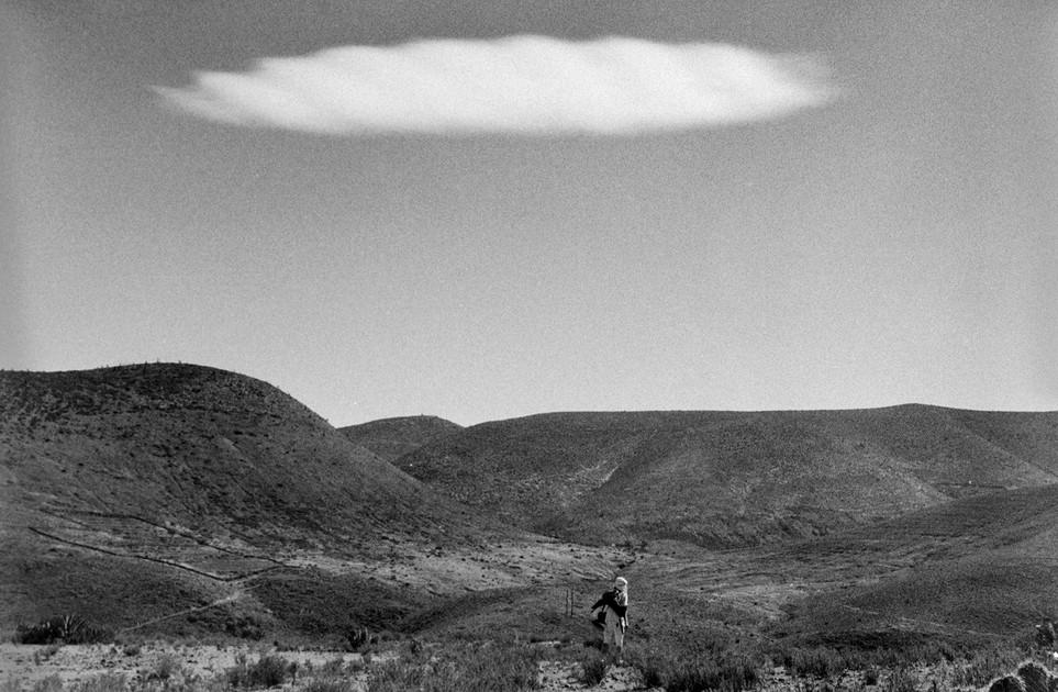 El desierto, el peyote, los coyotes, dormir arrullado por el sonido del fuego, entre espinas y estrellas,  me colmaron de sensaciones que fui capturando con mi cámara para armar un ¨rosario de anécdotas¨