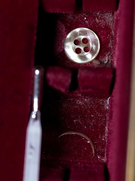 Termómetro, uña y botón