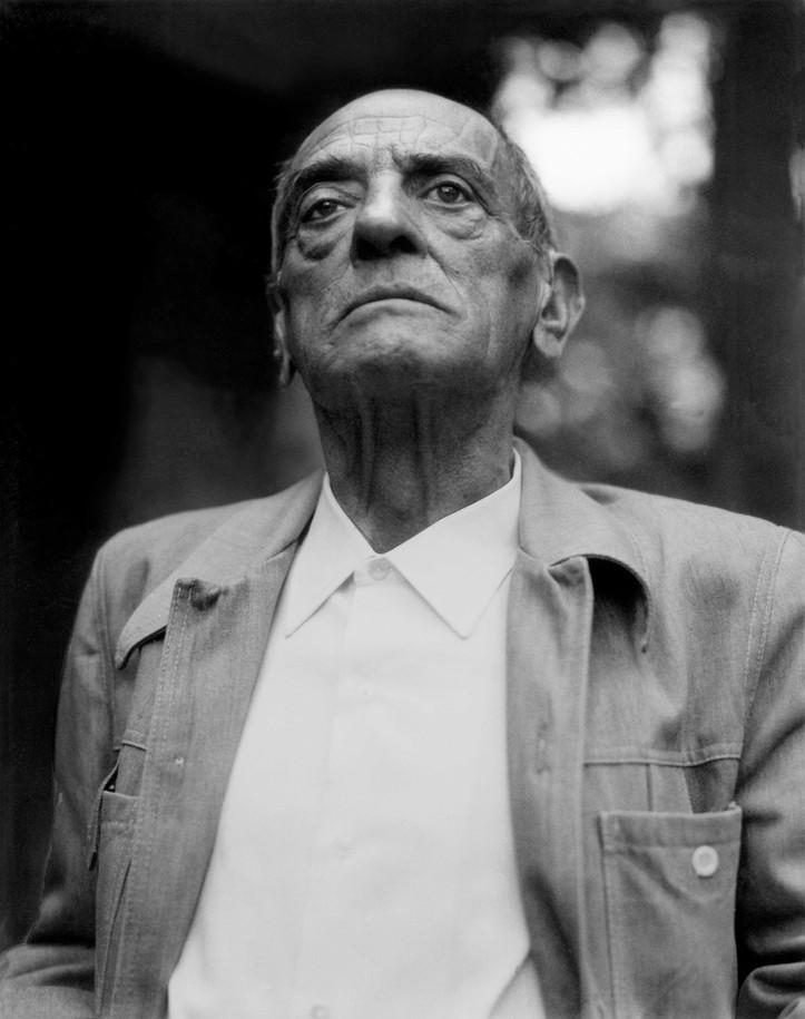 Luis Buñuel posando como Presidente Mexicano, 1984