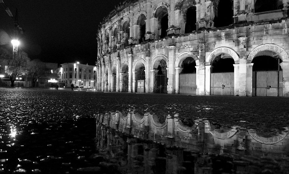 Arénes de Nîmes reflet en noir et blanc