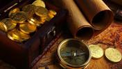 Brújula y cofre de tesoro con oro del pirata. En la búsqueda del tesoro no solo visitas los monumentos de Málaga sino buscas por un tesoro misterioso. www.malagacityadventure.com/visitar-malaga-monumentos