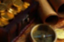 Schatztruhe und Kompass. Auf unserer Stadtschatzsuche erkundet ihr sehenswerte Orte und Sucht nach dem geheimen Piratenschatz. www.malagacityadventure.com/altstadt-sehenswertes-freizeit