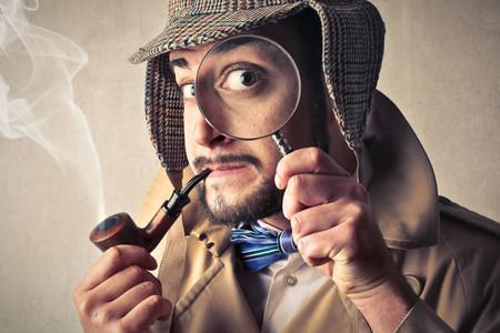 Detektiv mit Lupe. Sucht an sehenswerten Orten der Altstadt von Malaga nach verborgenen Objekten um Hinweise zu dem mysteriösen Mord an Picasso zu erhalten und den Fall zu lösen. www.malagacityadventure.com/altstadt-sehenswertes-freizeit