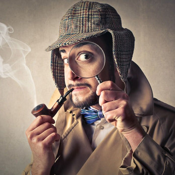 Sherlock Holmes con lente de aumento. ¿Qué hacer en Málaga? Ponte en la piel de Sherlock Holmes y resuelva el misterioso crimen del centro histórico de Malaga. www.malagacityadventure.com/que-hacer-en-malaga-casco-historico