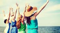 Chicas de la despedida de soltera en la playa. Celebra amistad con nuestras actividades para despedidas de soltera o soltero en Málaga. www.malagacityadventure.com/actividades-despedidas-soltera