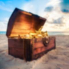 Cofre de tesoro con oro del pirata en la playa. ¿Qué hacer en Málaga? Descubre el casco histórico de Málaga durante una búsqueda del tesoro y llevate el tesoro del pirata. www.malagacityadventure.com/que-hacer-en-malaga-casco-historico