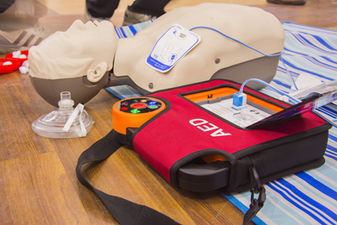 cpr with aed training and blur backgroun