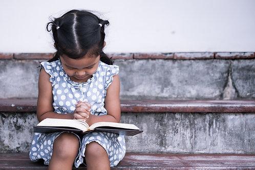Em Bé Cầu Nguyện Với Kinh Thánh
