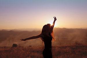 femme libre au levé de soleil dans une plaine kinésiologie laurence cuellar