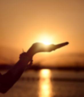 levé de soleil au creux d'une main bien être liberté kinésiologie laurence cuellar