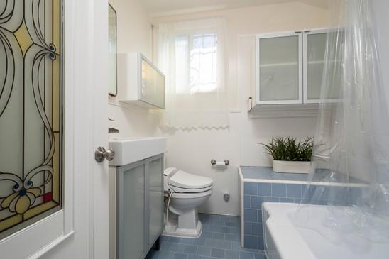 21 - Bathroom (1012) - 1010-1012 S Idaho