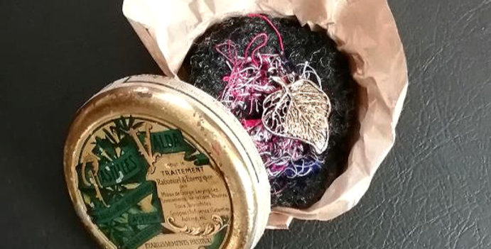 Broche Grigri dans sa boite ancienne ( pastilles Valda )