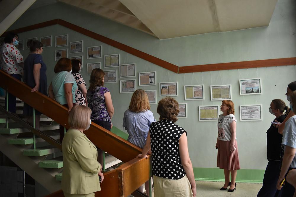Тимофеева Н.С. проводит экскурсию по выставке