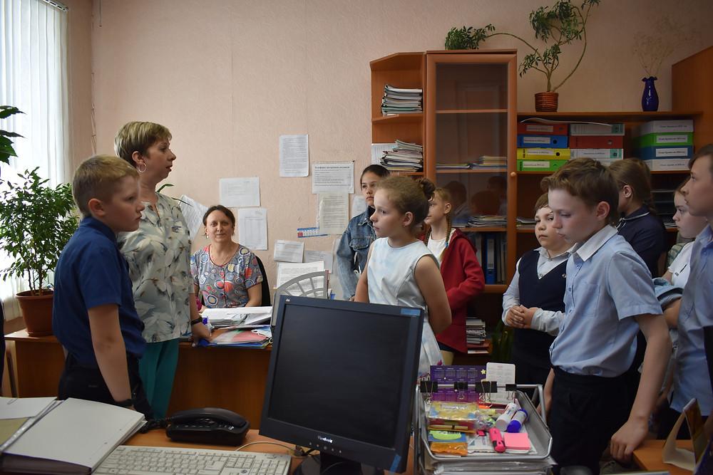 Зудова Е.А. знакомит школьников с работой отдела комплектования