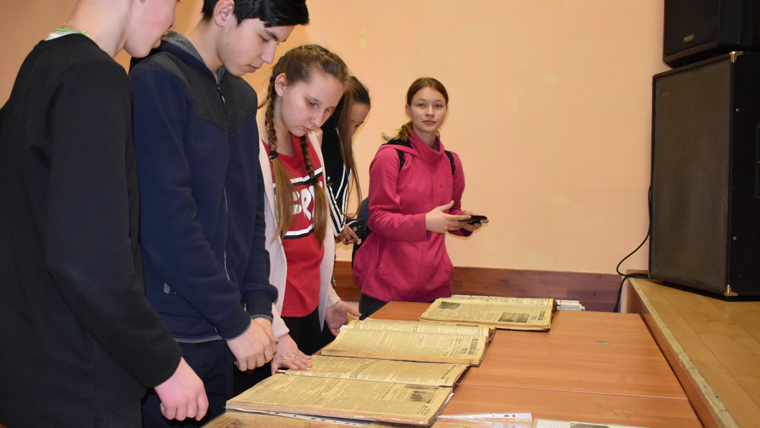 Школьники из п. Пудлинговый знакомятся с архивными документами
