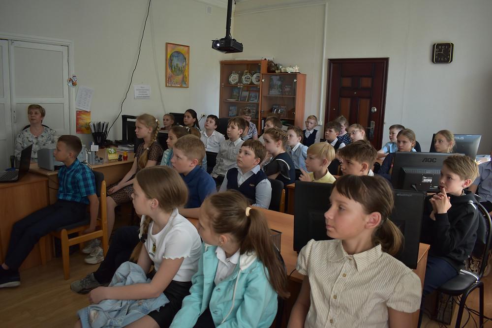 Обучающиеся 4 А класса школы № 2 в читальном зале архива