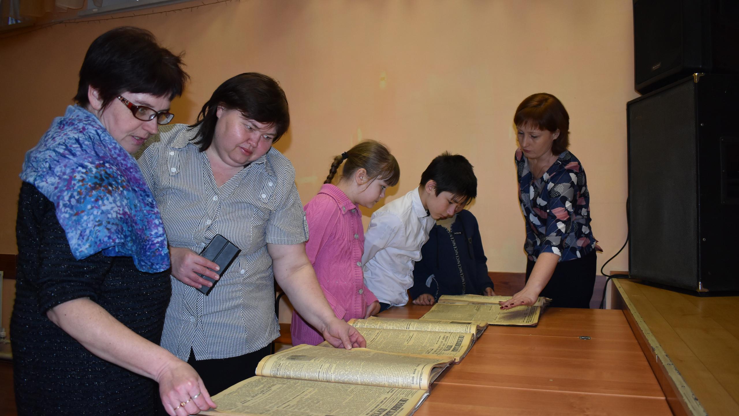 Педагоги и обучающиеся школы из п. Пудлинговый изучают подшивки газет за 1941-1944 гг.