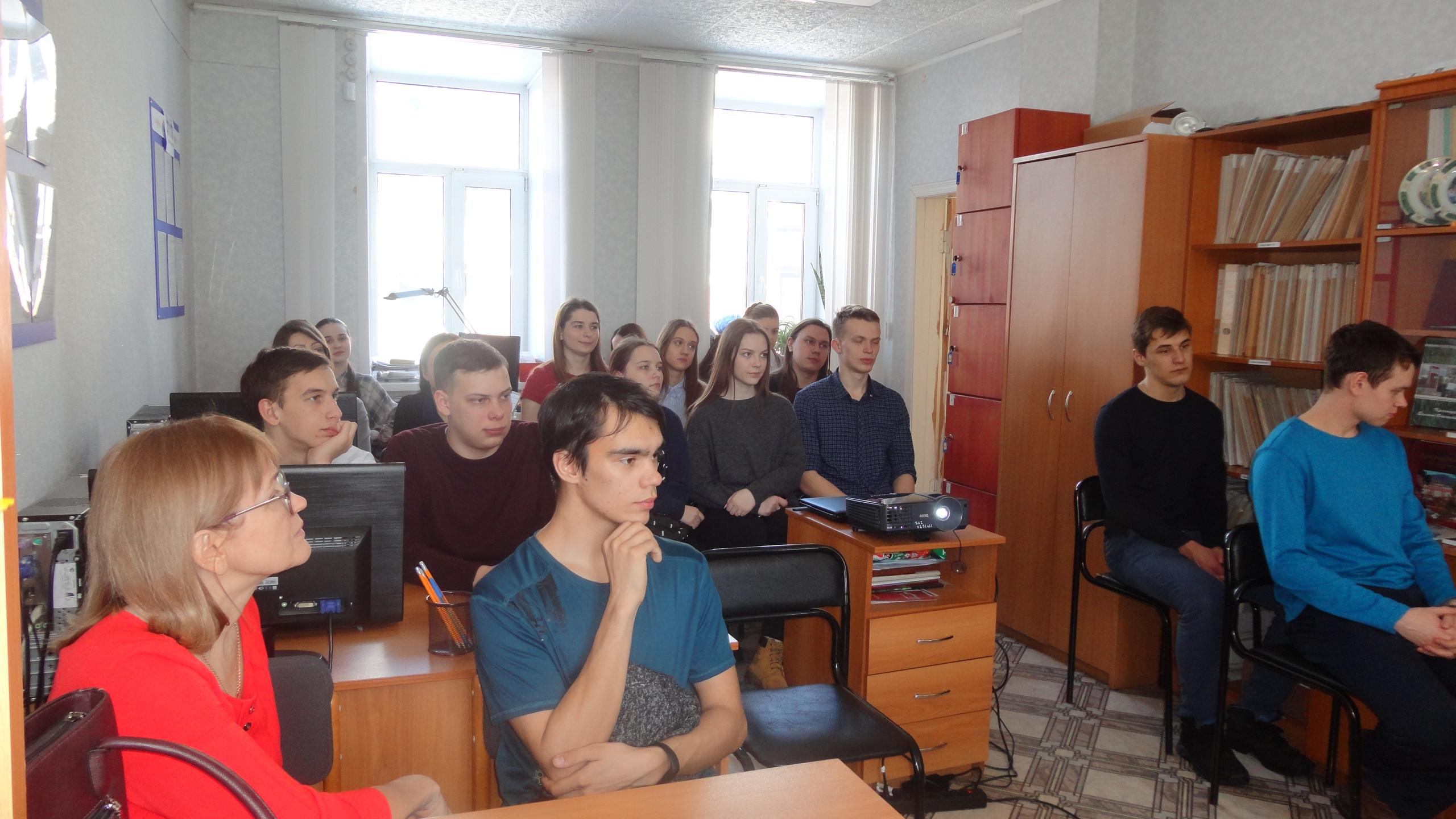 Одиннадцатиклассники из школы № 3 г. Красноуфимска в читальном зале  архива