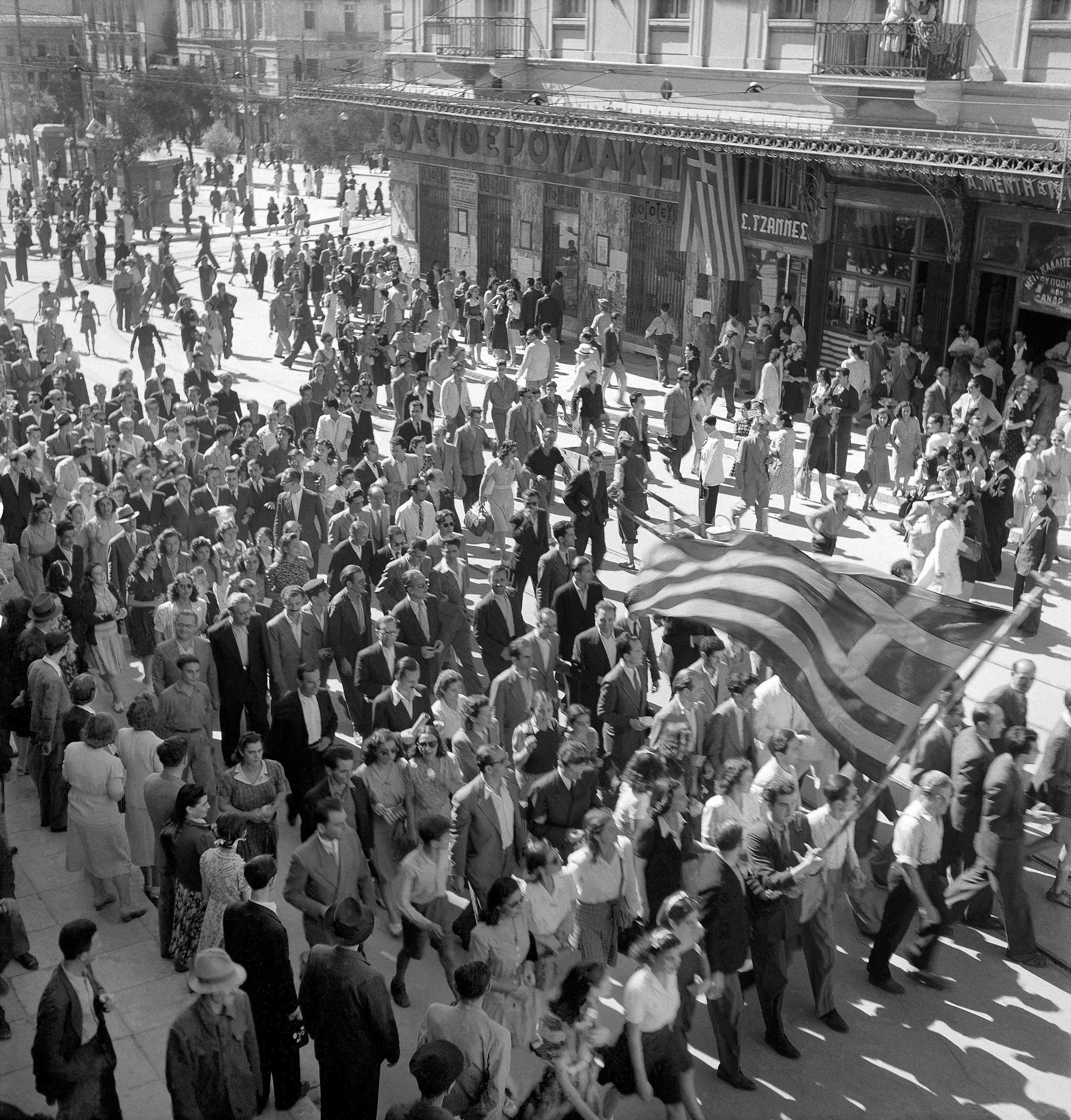Αθηναίοι_γιορτάζουν_την_απελευθέρωση_της_πόλης_τους,_Οκτώβριος_1944