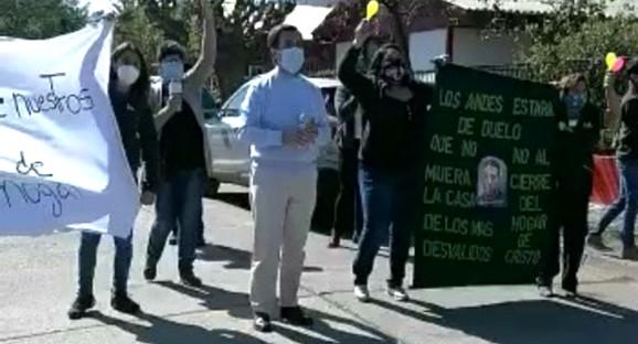 Funcionarios se manifiestan en contra del cierre del Hogar de Cristo en Los Andes