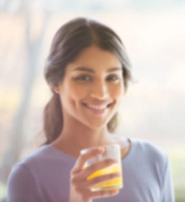 Menina que aprecia sua bebida