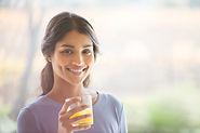 Девушка, наслаждаясь ее напиток