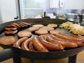 Hamburgers en braadworst op locatie Friet-uurtje