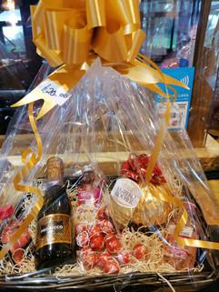Prosecco, gin & large Ferrero Hamper £20