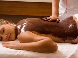 Sjokoladebehandling og peeling av rygg. Fjerner døde hudceller og ettelater huden frisk og myk.