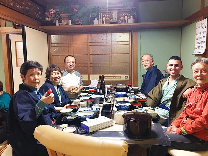 みんなで一緒に食卓を囲みます