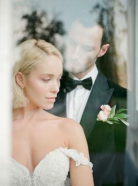 bruid en bruidegom met corsage