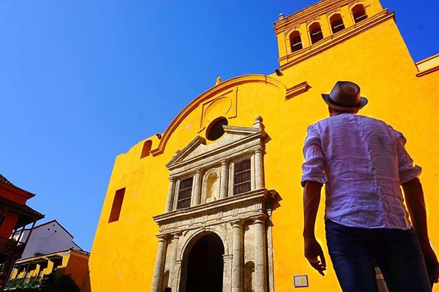 #beautiful #colors in #cartagena #colombia _ this is #plaza #santodomingo in the #oldtown -_-_#travel #traveling #travelgram #instatravel #w