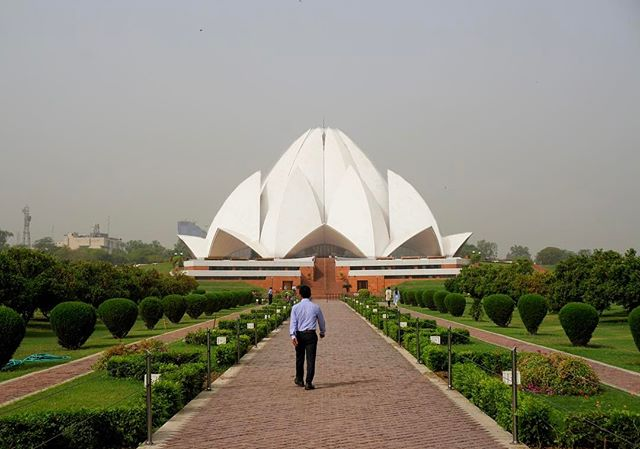 the #lotus #temple in #delhi _ this is a place of #worship for the #baha religion _ it reminds me of the #sydneyoperahouse -_-_#travel #trav