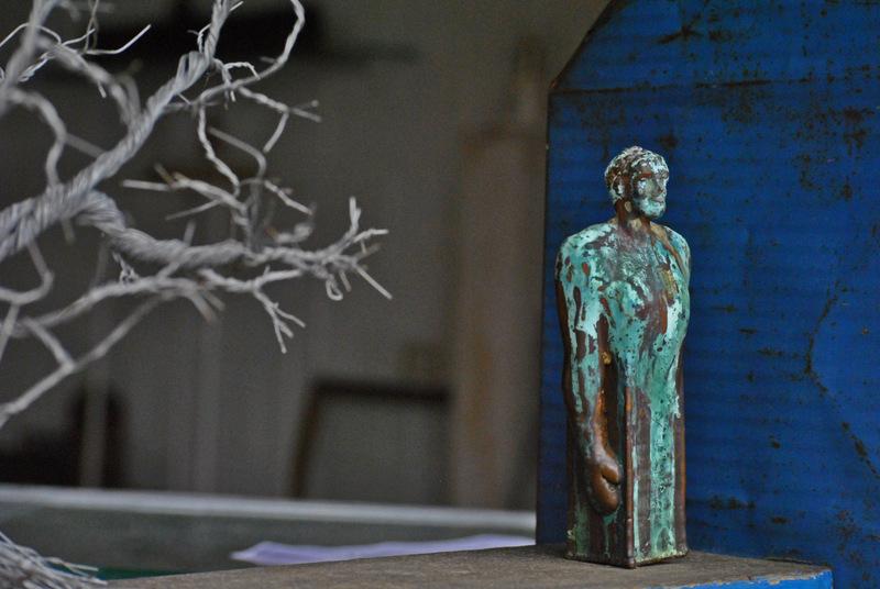 70. Ensamble madera hojalata azul