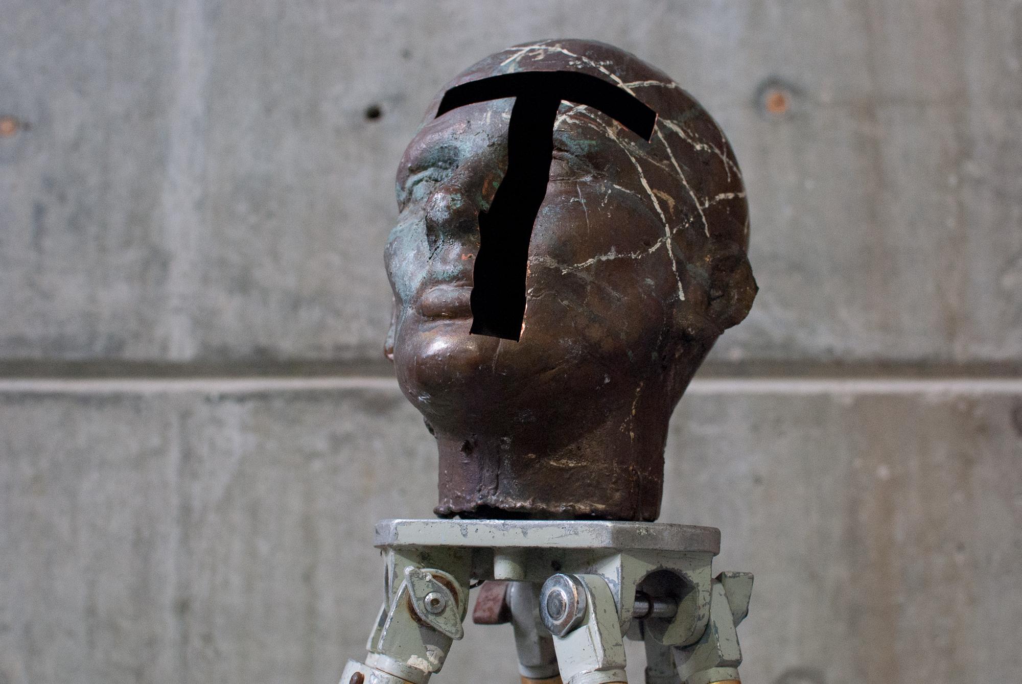 71. Cabeza cobre trípode