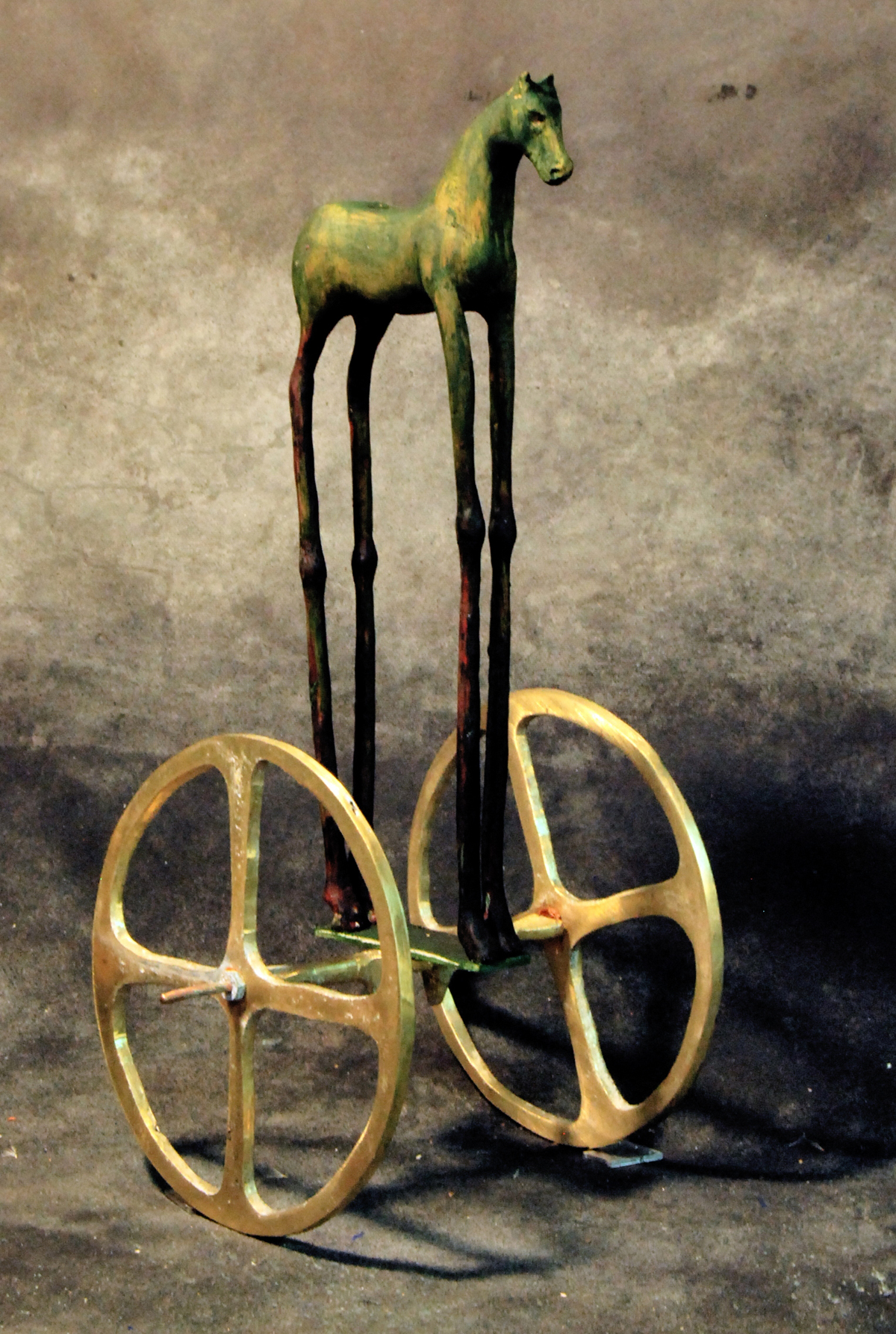50. Caballo bronce con ruedas.