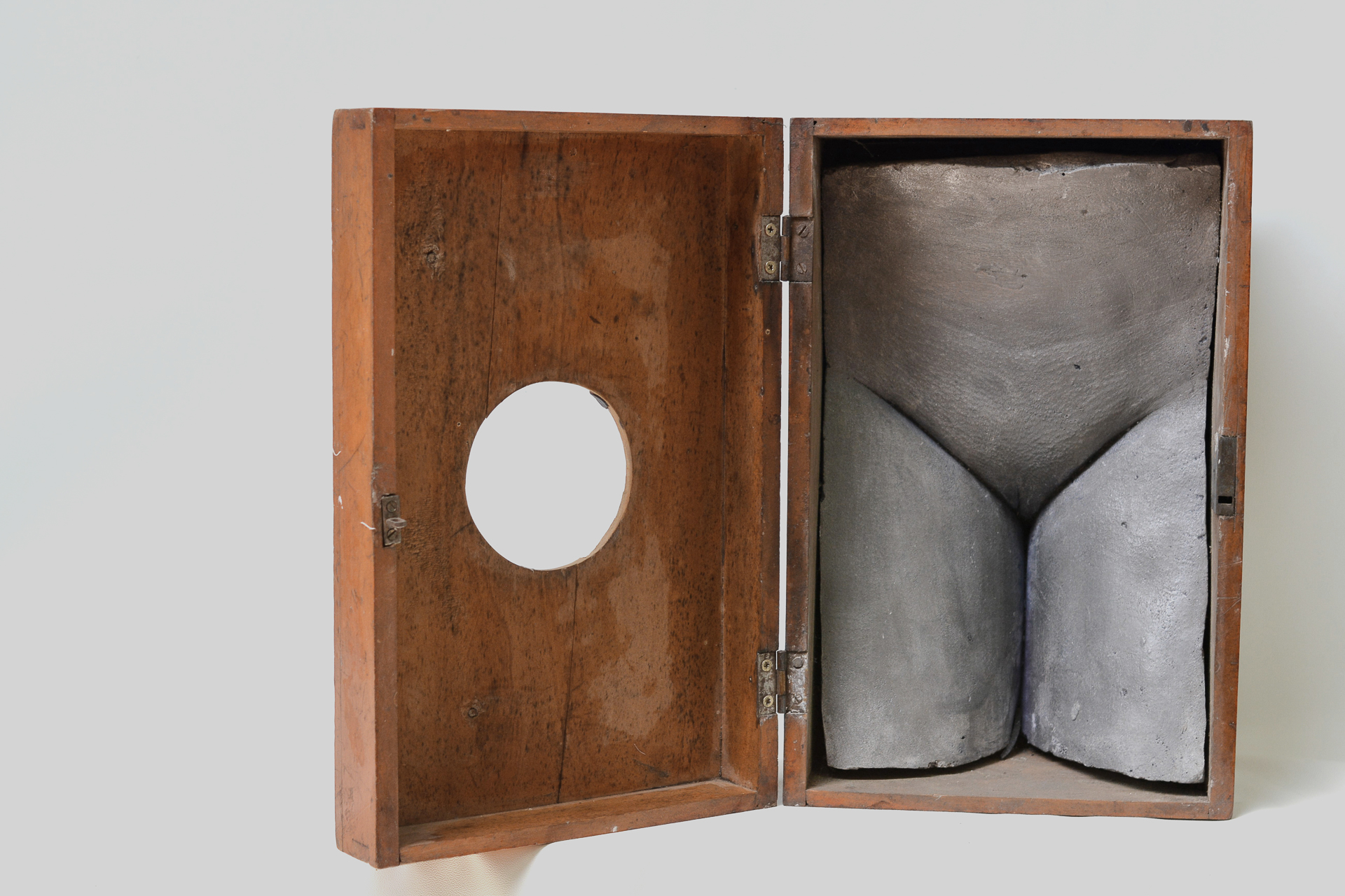 37. Caja con cuerpo en yeso