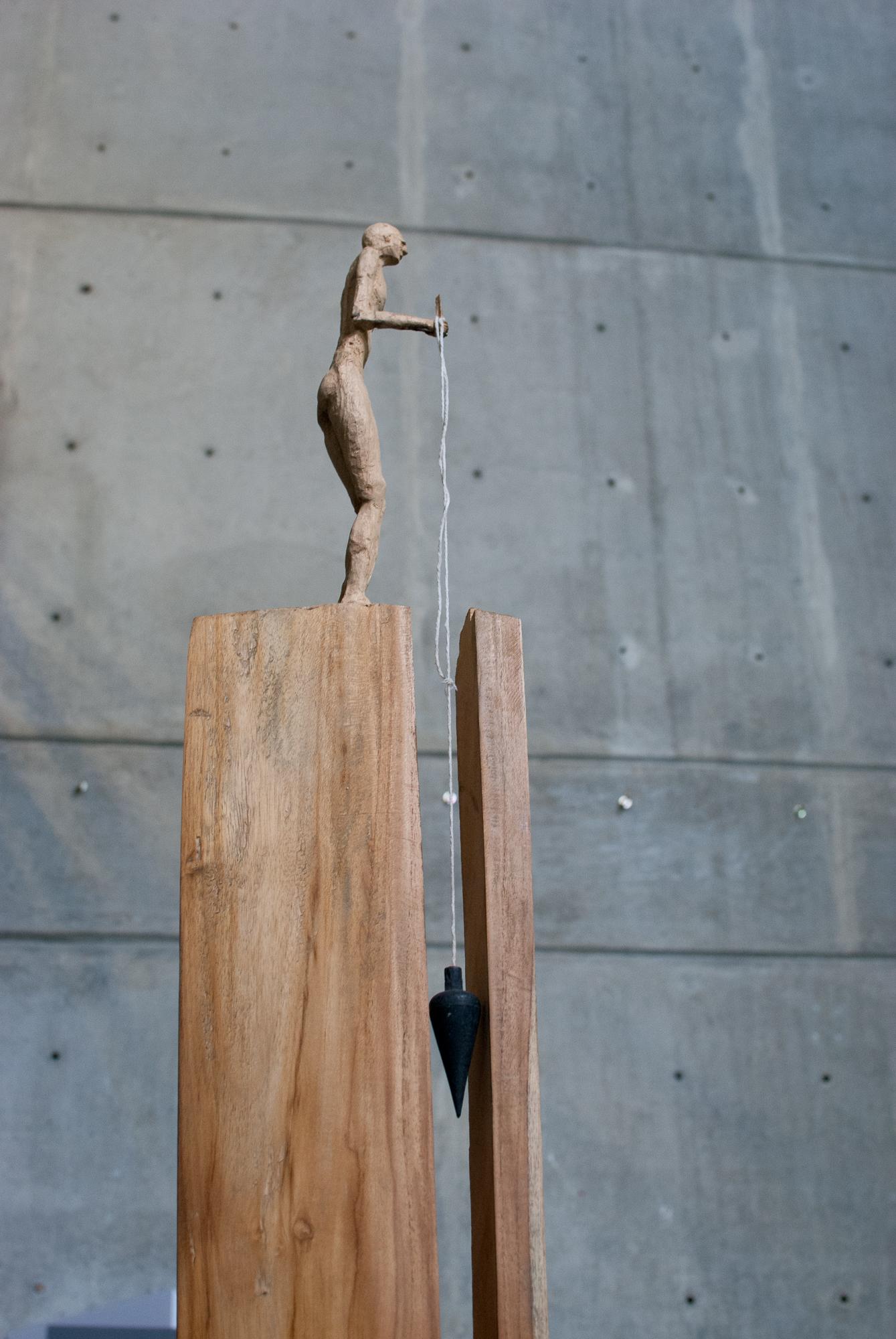 21. Hito en madera, hombre plomada.
