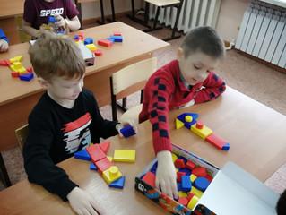 Дошкольники играют с логическими блоками Дьенеша