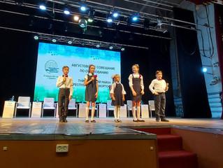 Педагоги и учащиеся Дворца порадовали своими работами участников августовского совещания педагогов